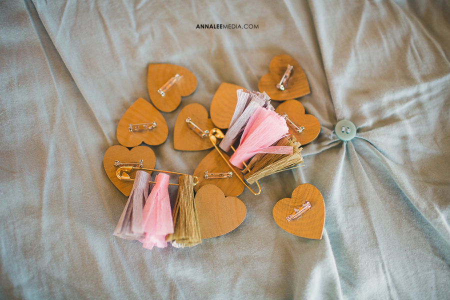 39-oklahoma-wedding-photographer-backyard-alexa-dumas-brandon-land-modern-graphic-designer-outdoor-summer-trendy-hipster-rustic-boutonnieres