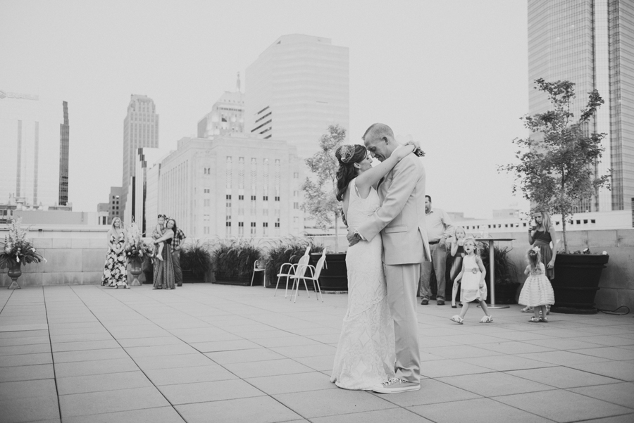 24-okc-wedding-photographer-okcmoa-art-museum-rooftop-melanie-pearce-michael-smith