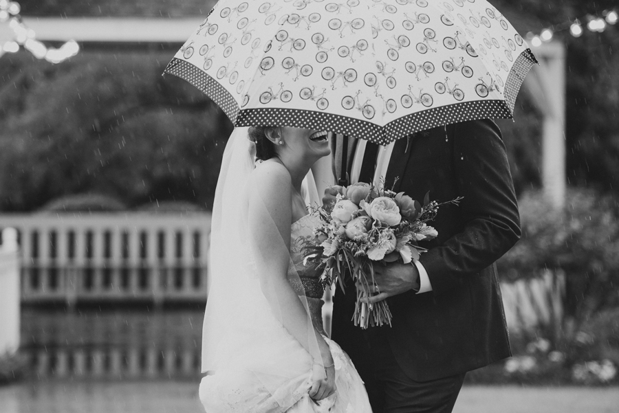 25-wings-edmond-wedding-rainy-bride-groom-couple-portraits-umbrella