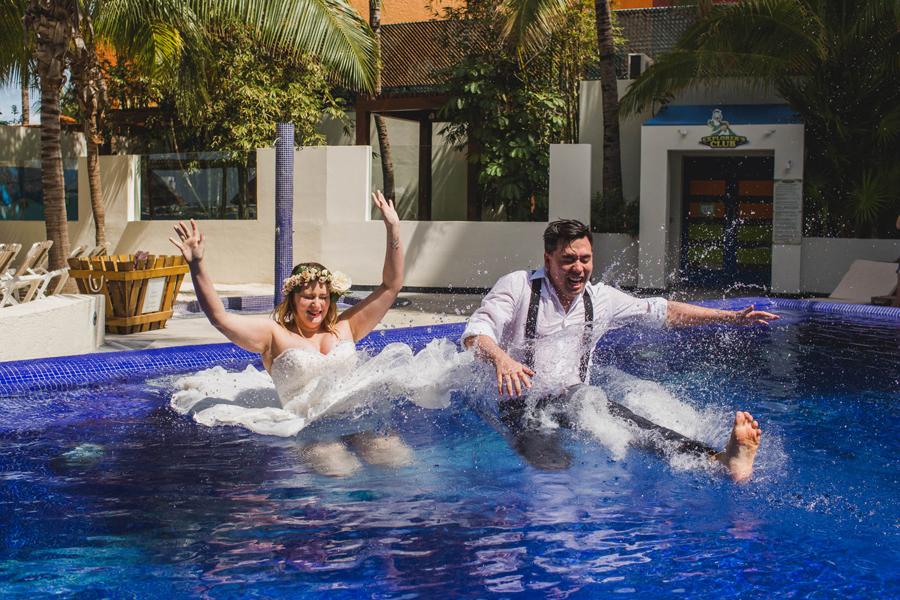 41-trash-the-dress-pool-beach-destination-wedding-photographer-cancun