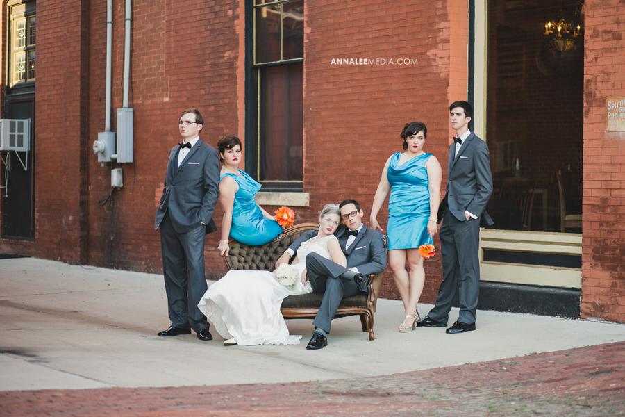 24-oklahoma-wedding-photographer-kasey-steffen-andrew-boes-sandplum-event-center-guthrie-ok-okc-bridal-party-portraits-couch-outside-quirky