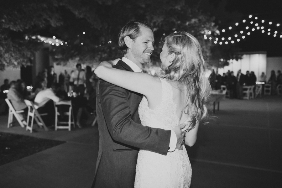 32-ok-heritage-museum-outdoor-reception-okc-wedding-photographer-kelly-hogan-nathan-laughlin-first-dance