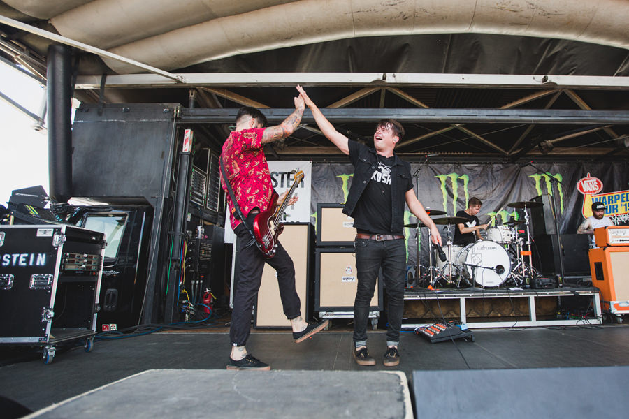 26-silverstein-warped-tour-2015-okc-high-five-billy-shane