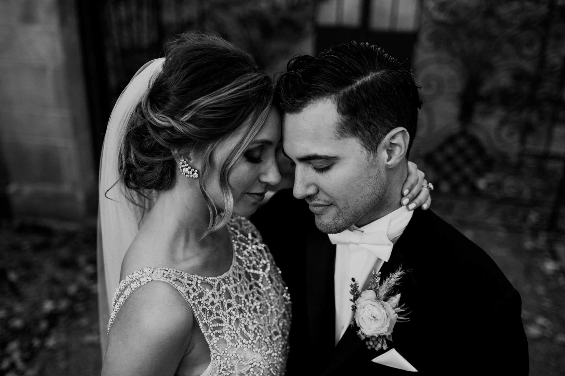 best-top-los-angeles-destination-wedding-photographer-hipster-modern-quirky-editorial-romantic-epic-21-indianapolis-black-white-museum
