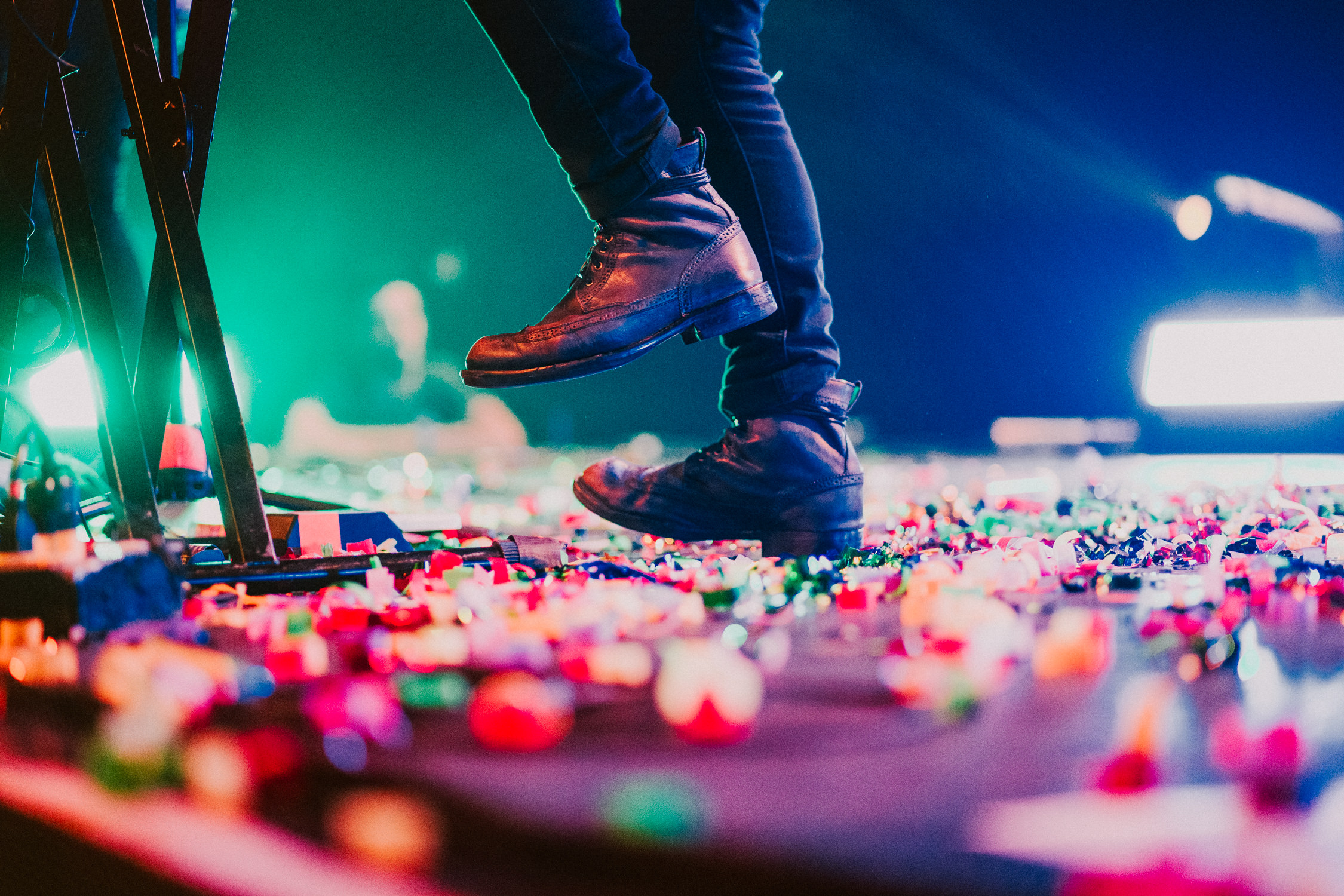 confetti-on-stage-concert-AnnaLeeMedia