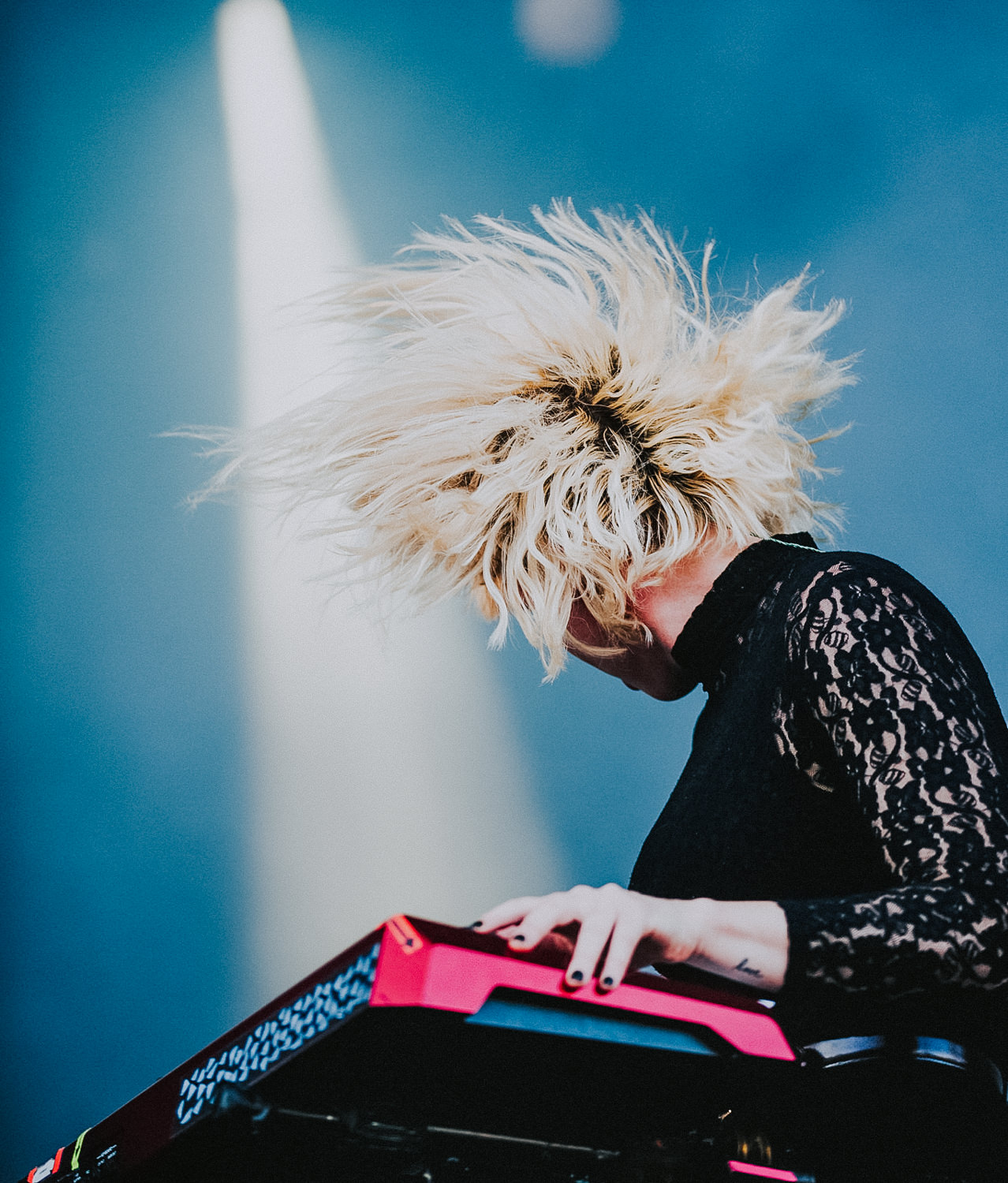 hannah-hair-flip-keys-grouplove-tour-AnnaLeeMedia