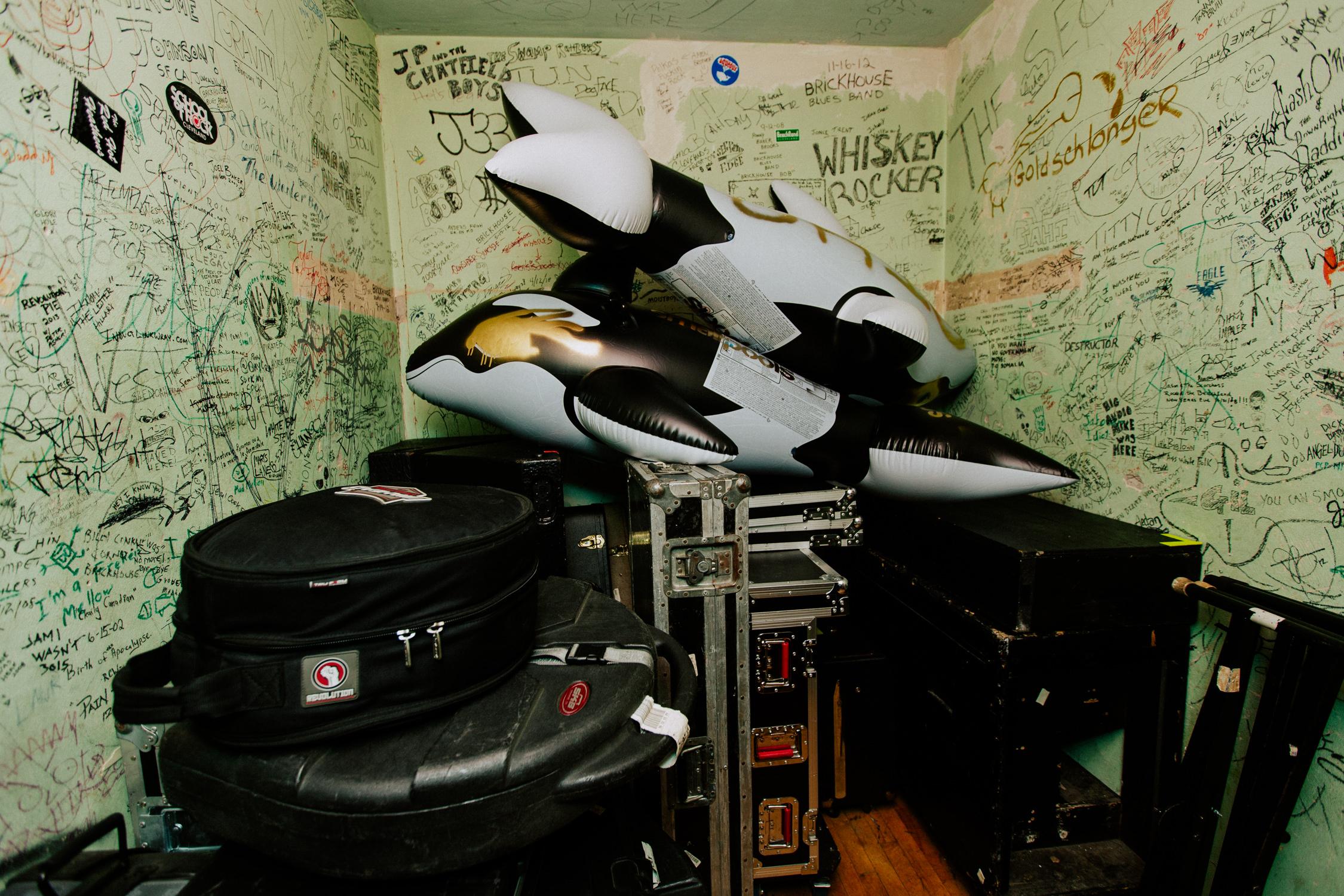 killer-whales-tour-backstage-smallpools-AnnaLeeMedia