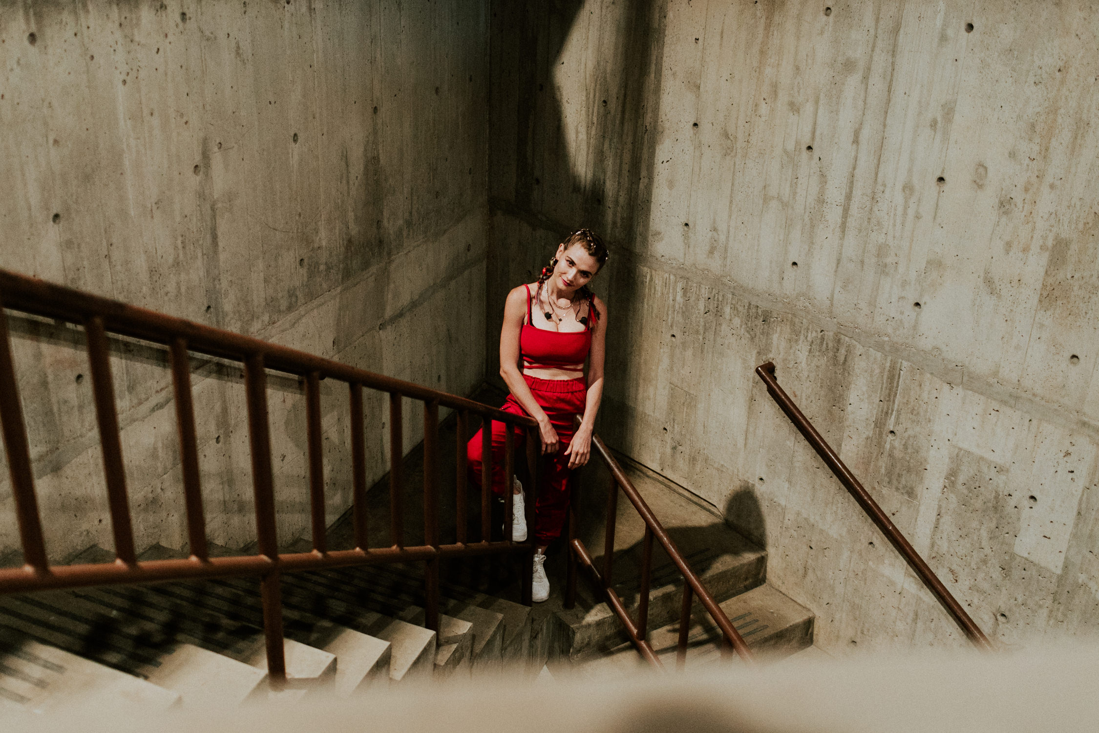 mandy-lee-pose-backstage-stairs-misterwives-AnnaLeeMedia
