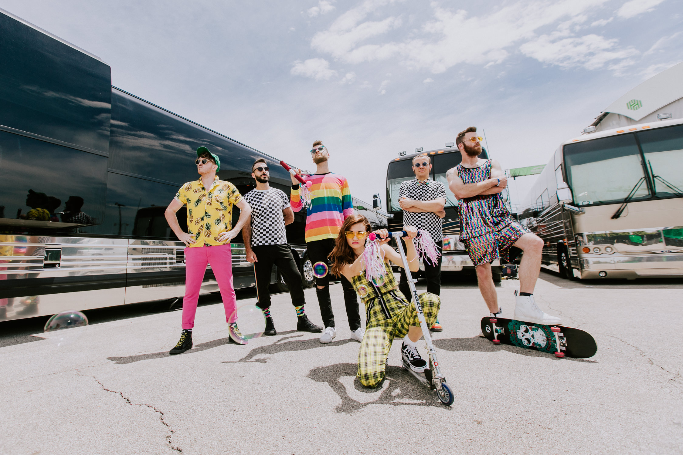 misterwives-scooter-tour-buses-promo-struts-