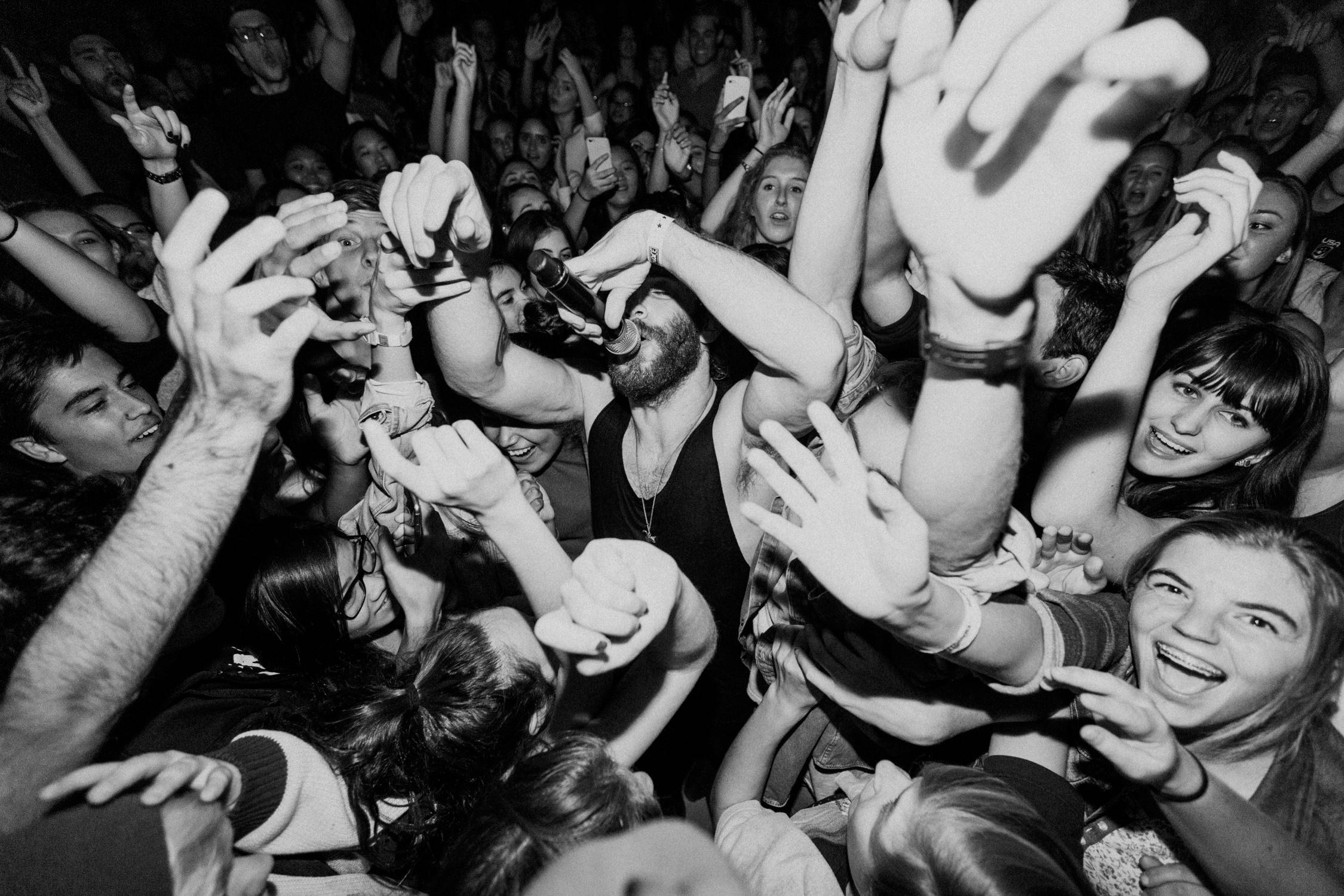 sean-smallpools-singing-dancing-in-crowd-AnnaLeeMedia