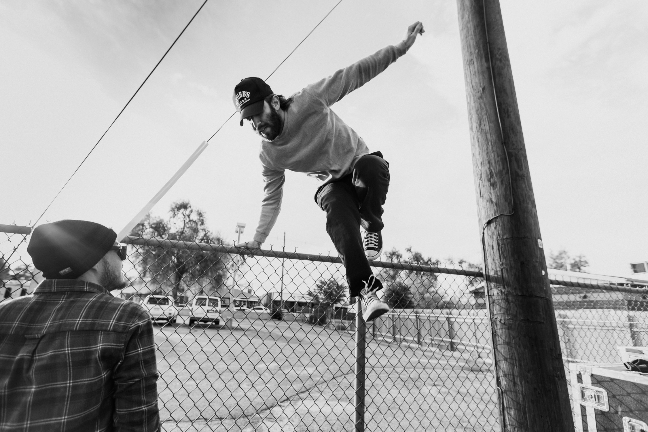 sean-tour-candid-jumping-fence-smallpools-AnnaLeeMedia
