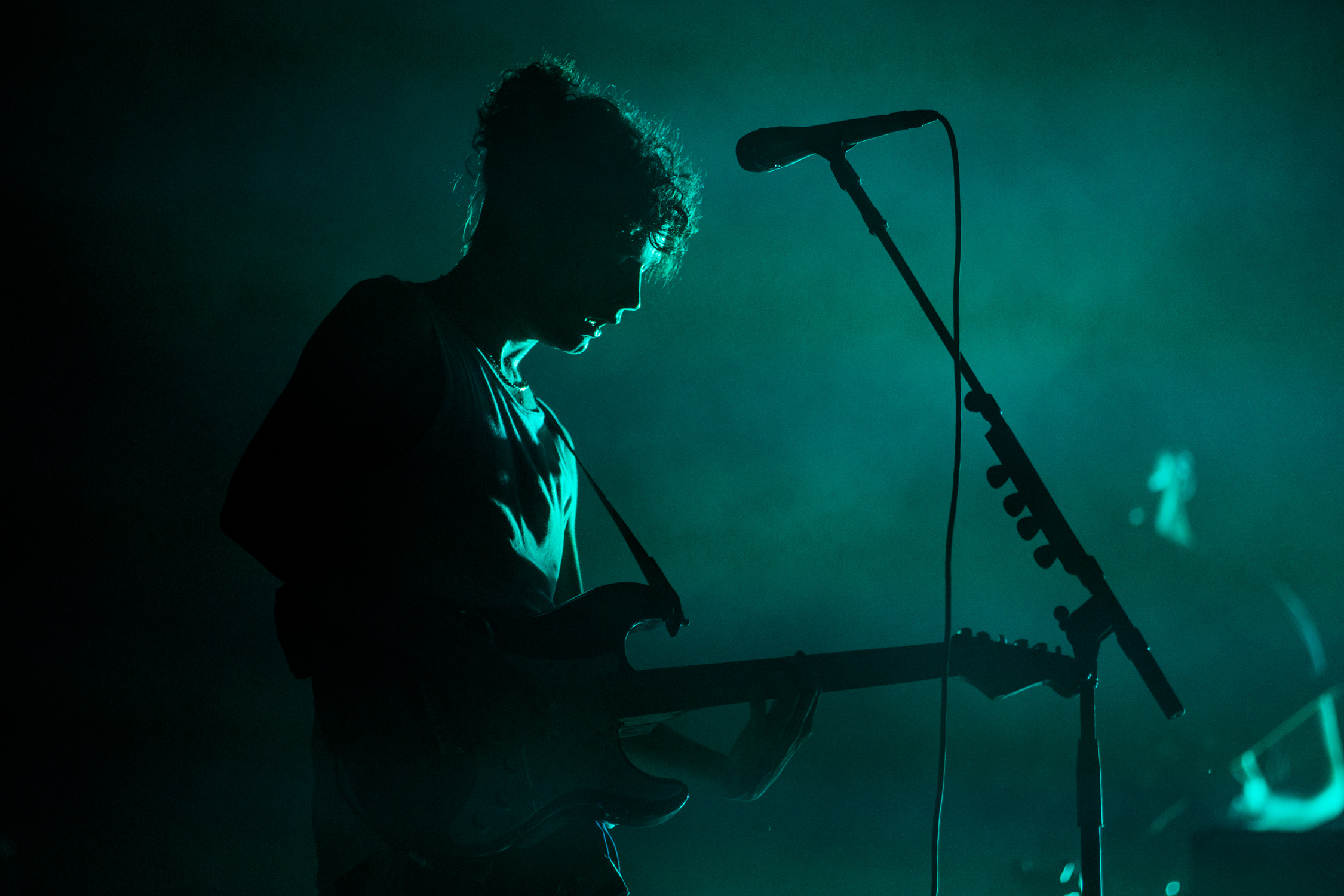 the-1975-matty-healy-live-show-silhouette-AnnaLeeMedia