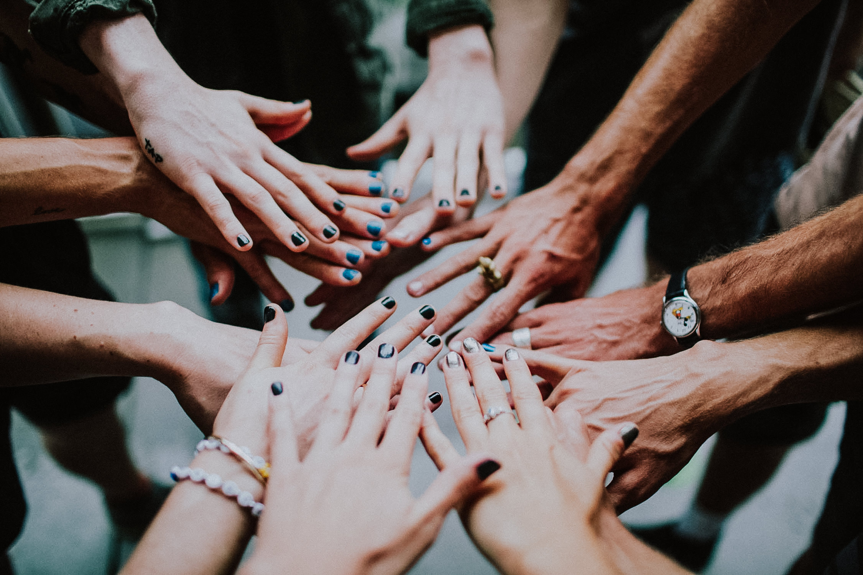 tour-manicures-hand-circle-AnnaLeeMedia