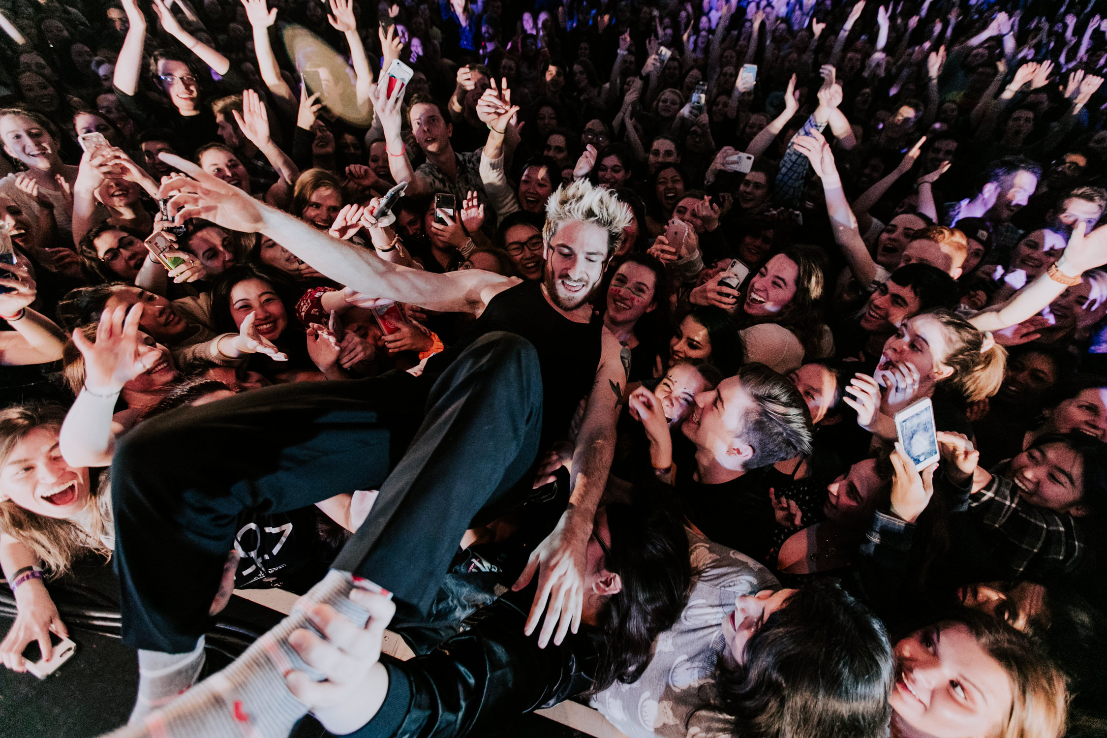 walk-the-moon-nick-crowd-surf-show-AnnaLeeMedia