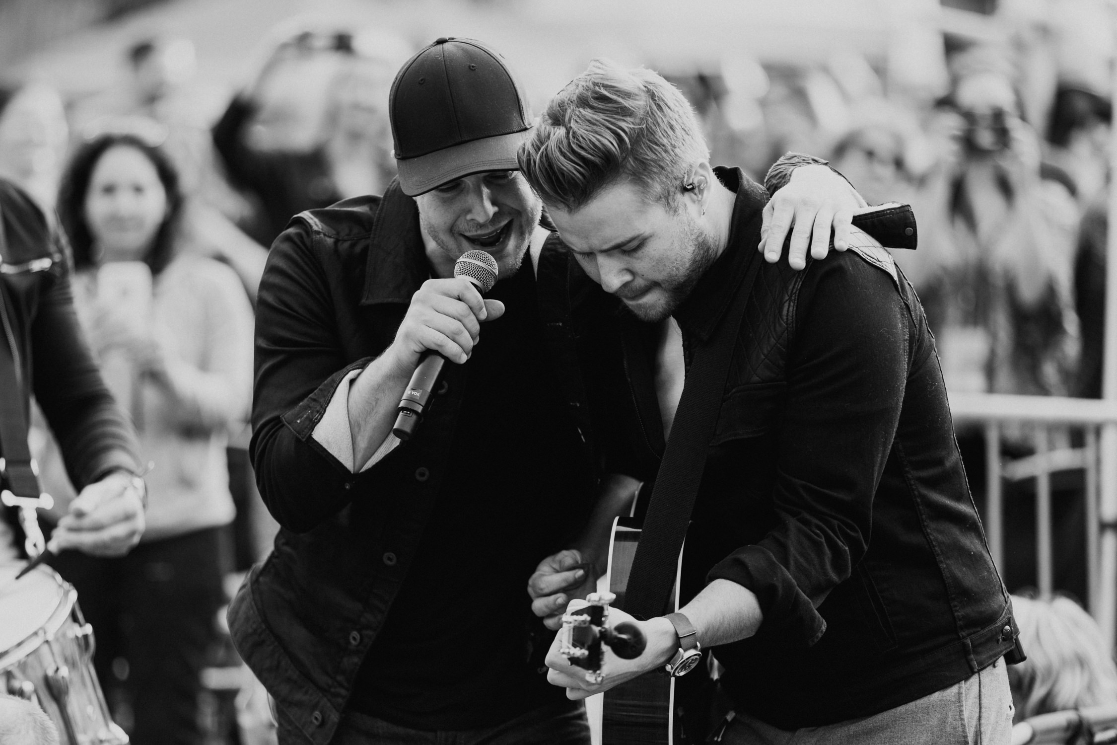 gavin-degraw-billy-norris-singing-together-AnnaLeeMedia