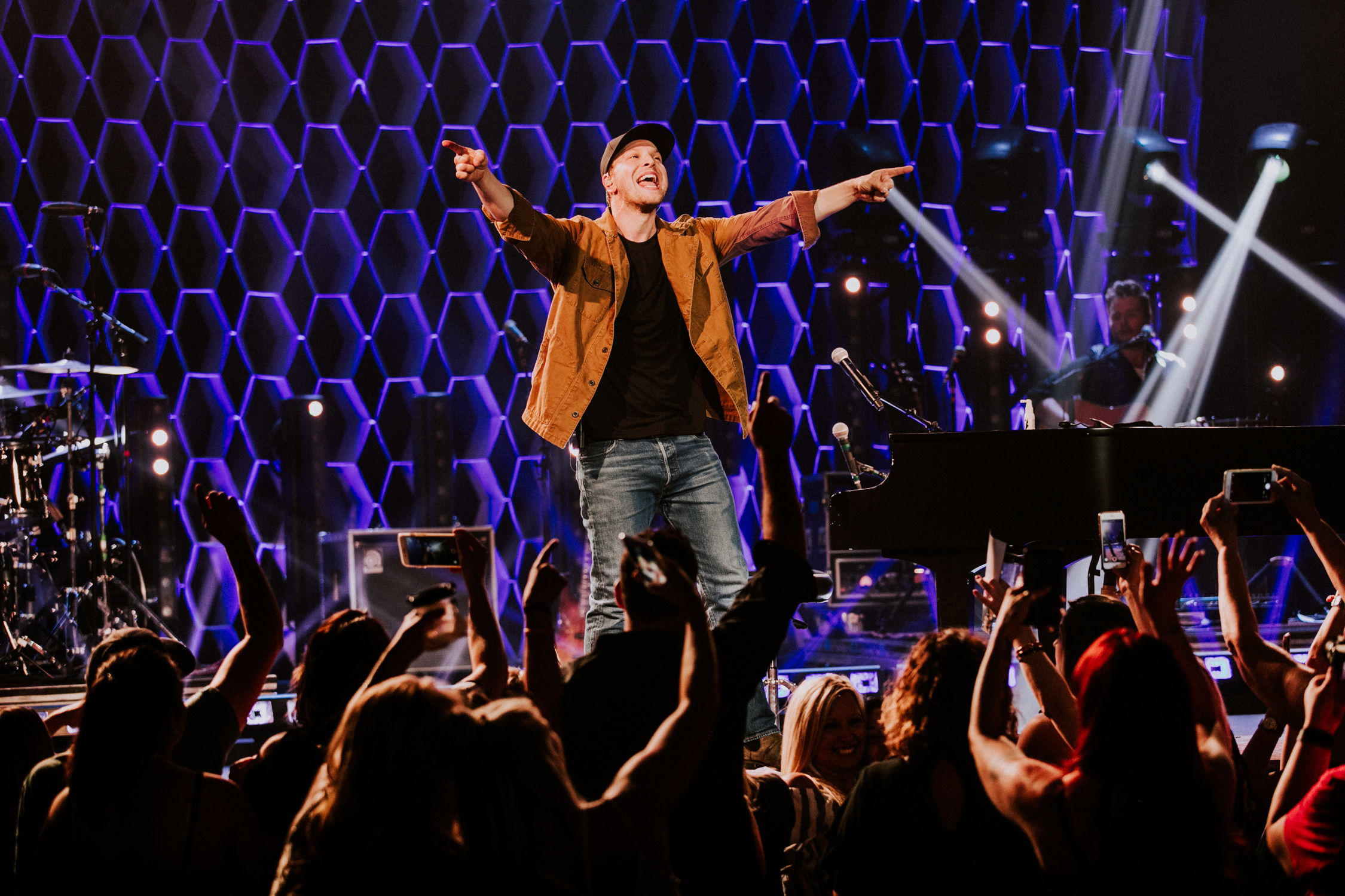gavin-degraw-concert-crowd-hands-up-AnnaLeeMedia