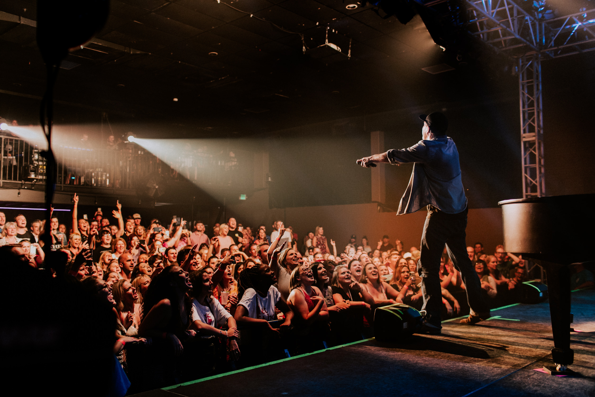 gavin-degraw-concert-upstage-cheering-crowd-AnnaLeeMedia