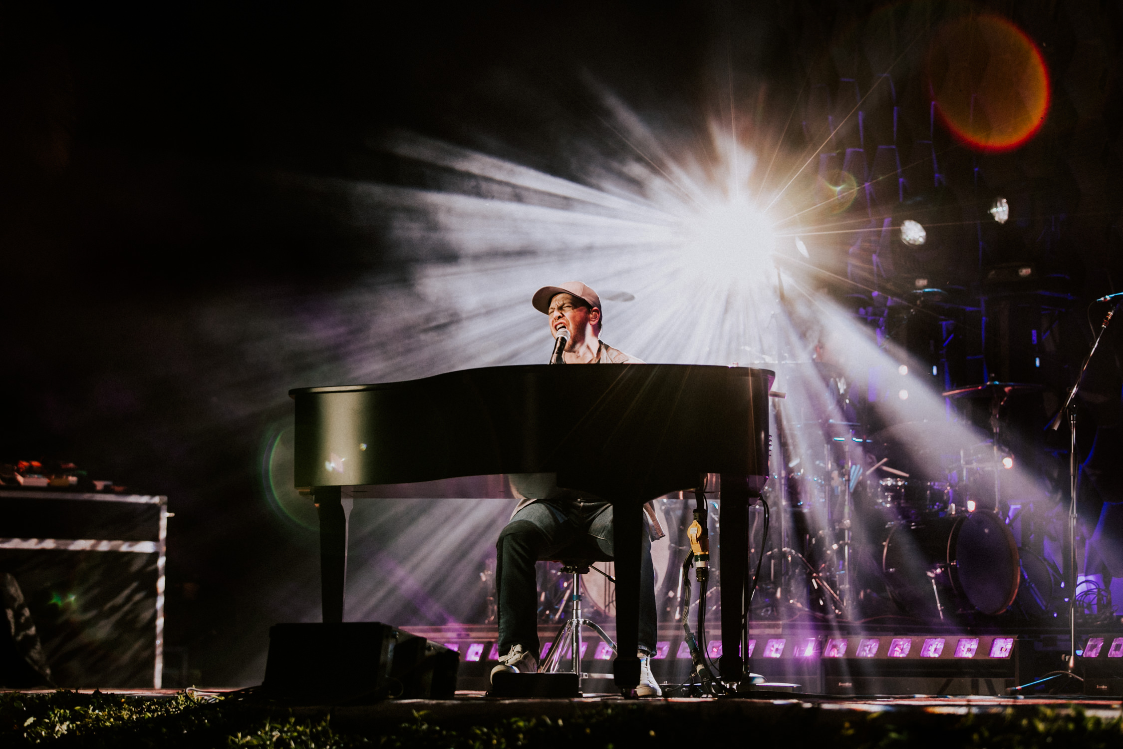gavin-degraw-starburst-gobo-light-concert-AnnaLeeMedia